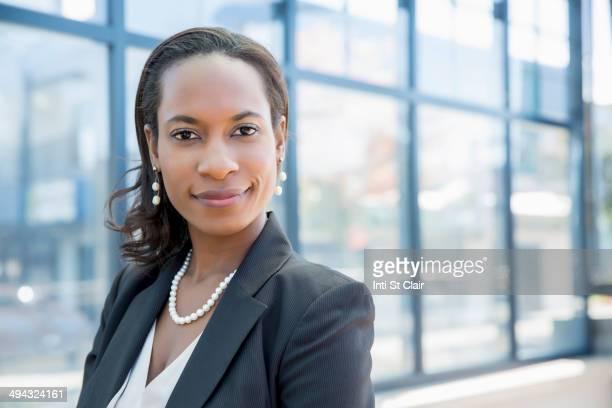 black businesswoman smiling outdoors - completo nero foto e immagini stock
