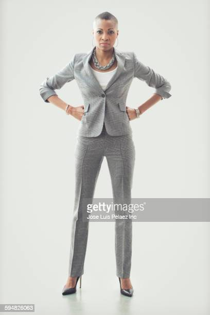 black businesswoman standing with hands on hips - handen op de heupen stockfoto's en -beelden