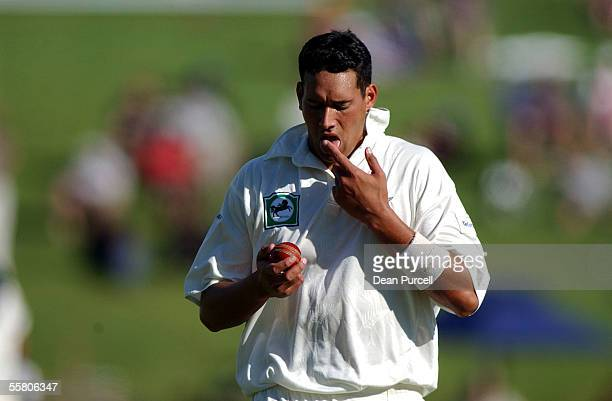 Black Caps bowler Daryl Tuffey prepares the ball during day two of the second Cricket Test between the New Zealand Black Caps and India played at...