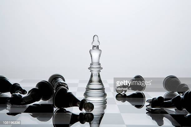 black chessman knocked down by white king - derrota imagens e fotografias de stock