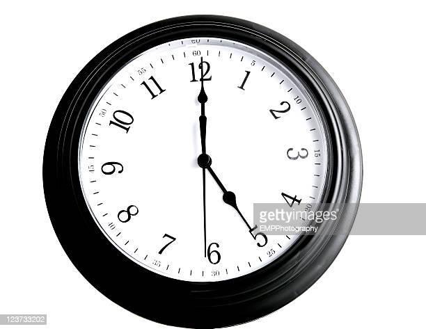 Black-fünf Uhr, isoliert auf weiss