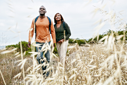 Black couple hiking on rural hillside - gettyimageskorea