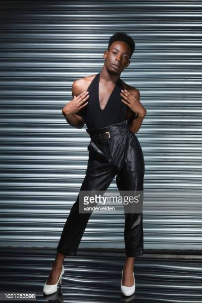 noir cross dresser - crossdresser photos et images de collection