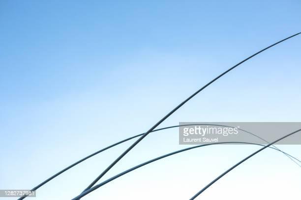 black curves against a clear blue sky - laurent sauvel photos et images de collection