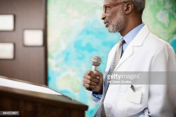 black doctor giving presentation - entrevista evento imagens e fotografias de stock
