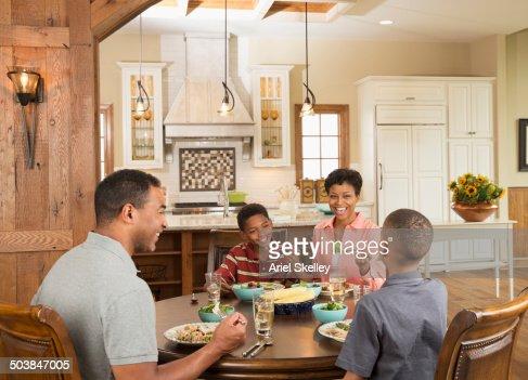 Afroamerikanische Familie In Der Kuche Stock Foto