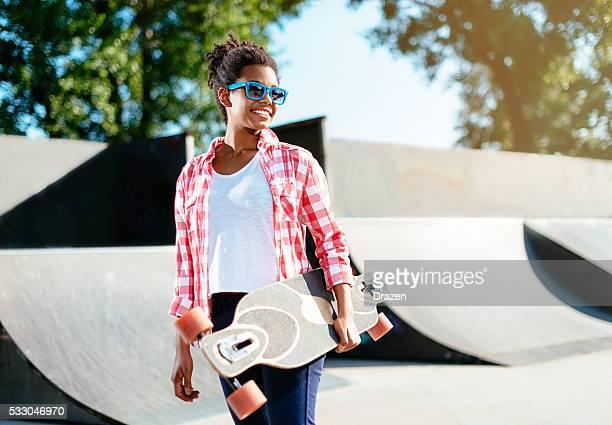 Noir femme adolescente passer du temps dans Parc de skate