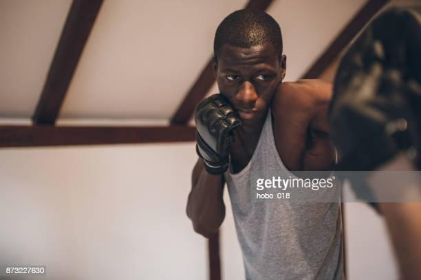 lutador negro formação em seu dojo - combat sport - fotografias e filmes do acervo
