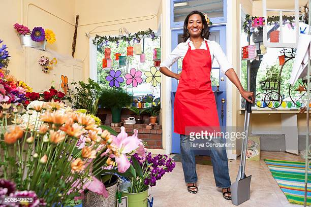 black florist working in shop - fairfax california stock pictures, royalty-free photos & images