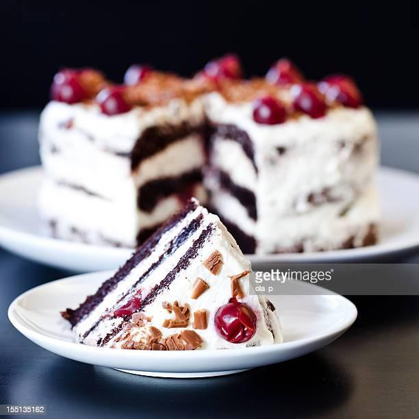 Black forest cake mit Schlagsahne und Kirschen