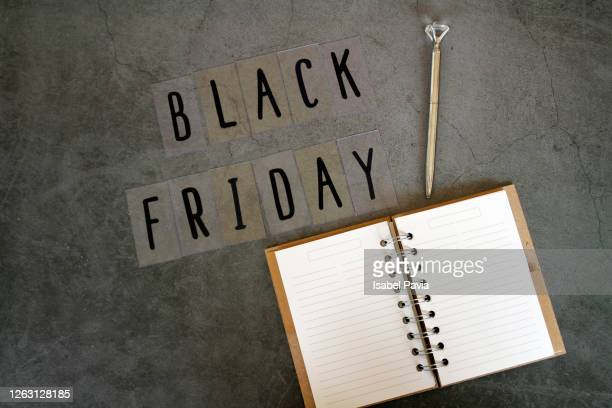 black friday message, note pad and pen on black background - 金曜日 ストックフォトと画像