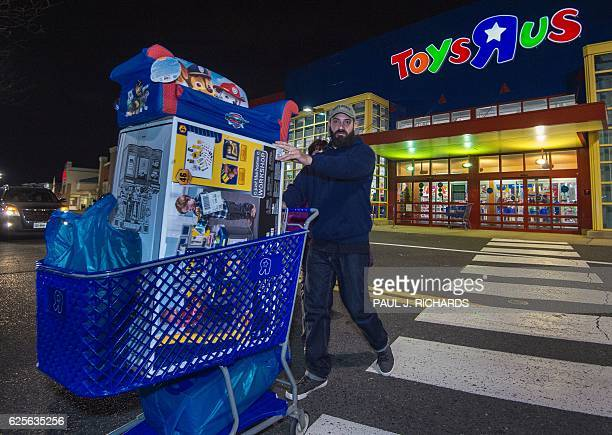 A Black Friday shopper at a ToysRUs pushes a shopping cart in Fairfax Virginia on November 24 2016 / AFP / PAUL J RICHARDS