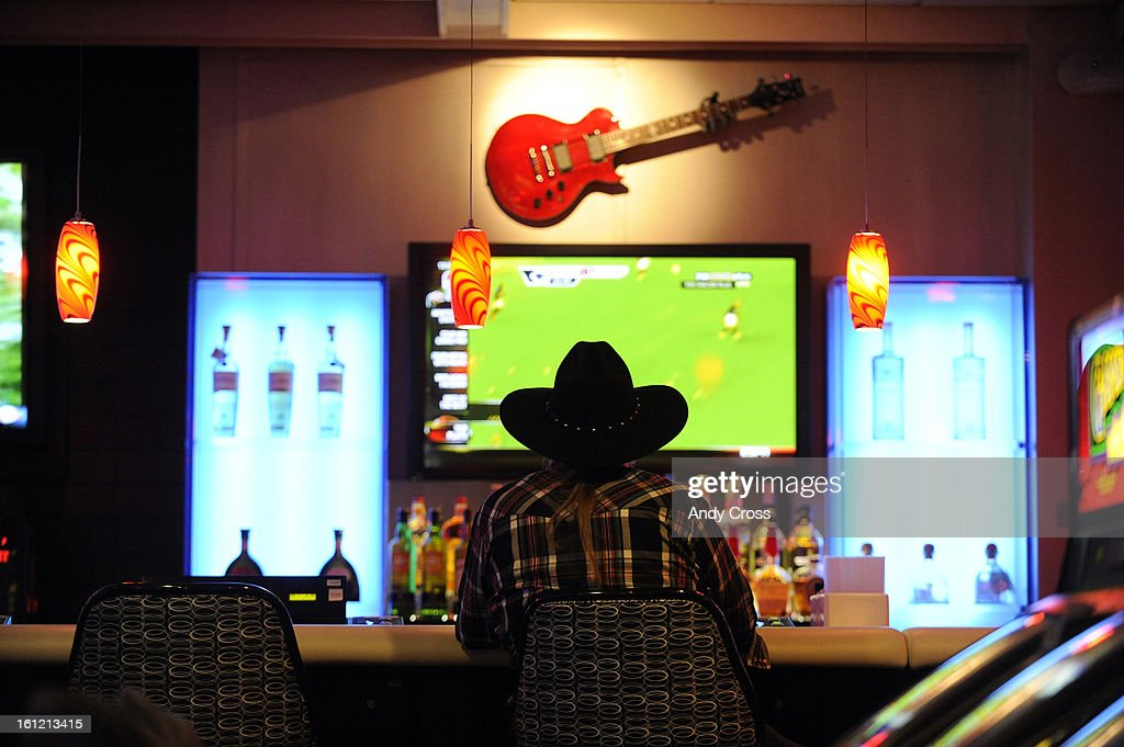 Black Hawk resident, Mike Keeler, plays a slot machine at the Guitar Bar at the The Reserve, formally Fortune Valley Casino in Central City, Thursday morning. Andy Cross, The Denver Post : Fotografía de noticias