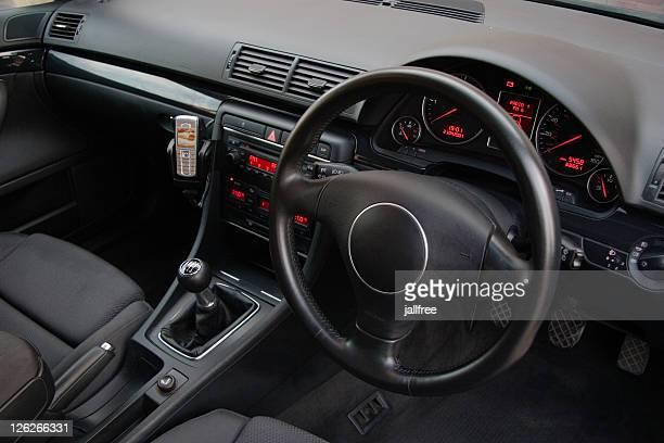 Schwarzes Lederfutter in der Vorderseite des deutschen Auto