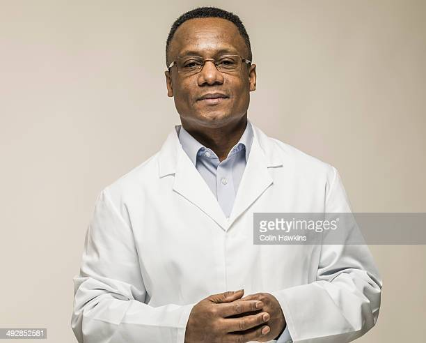 black male in laboratory coat - laborkittel stock-fotos und bilder