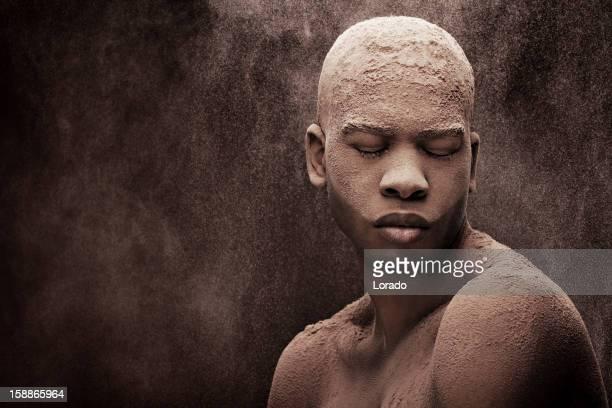 schwarze männliche model mit pulverschnee bedeckt - theobroma stock-fotos und bilder