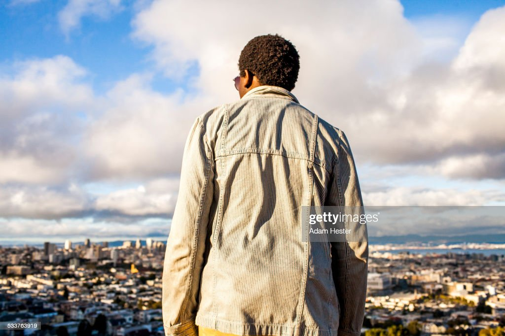 Black man looking at scenic view of cityscape : Foto stock