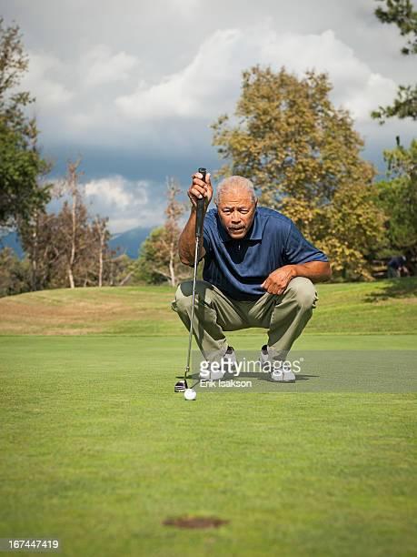 black man playing golf - putting - fotografias e filmes do acervo