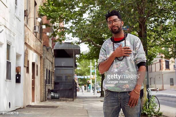 black man standing on city street - geschworener stock-fotos und bilder