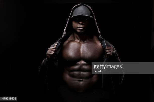 Noir muscled à capuche homme portant un bonnet