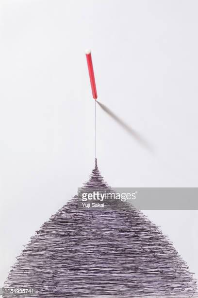 black pencil  pull out from   tangled line - einfachheit stock-fotos und bilder