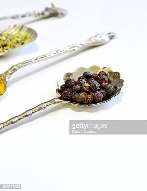 black peppercorns in silver teaspoon - ティースプーン ストックフォトと画像