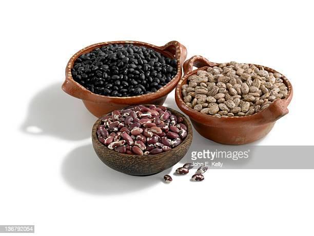 black, pinto and anasazi bean on white - pinto bean - fotografias e filmes do acervo