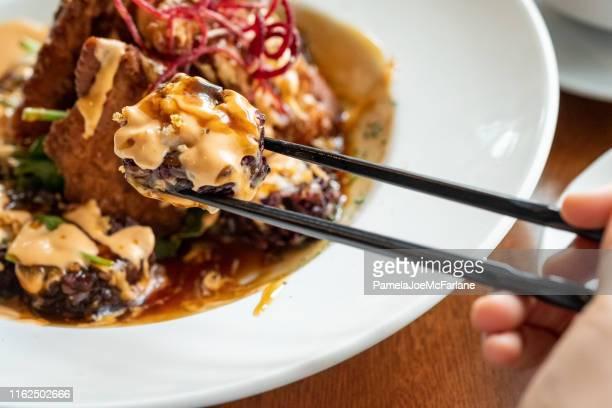 pov av svart ris rock n roll sushi maki - detaljbild bildbanksfoton och bilder