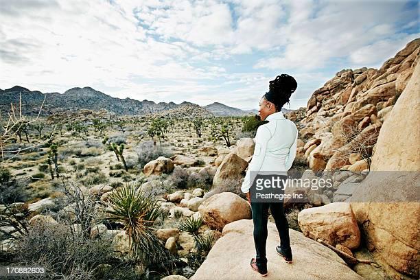 black runner in desert landscape, joshua tree national park, california, united states - nationaal park stockfoto's en -beelden