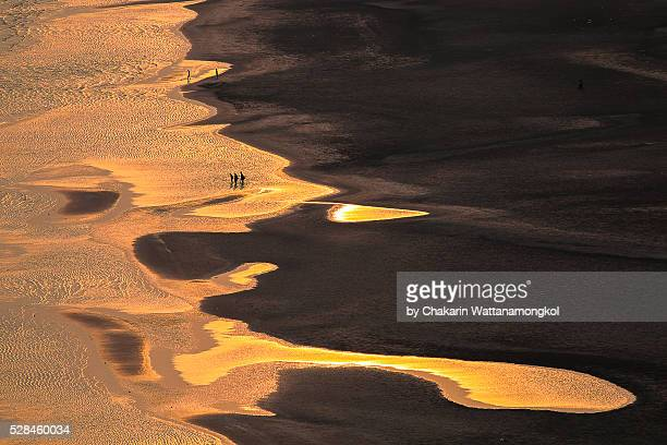 black sand beach at low tide. - chanthaburi sea stock pictures, royalty-free photos & images