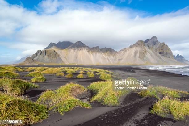 black sand dunes on the stokksnes headland on southeastern icelandic coast. europe. - países del golfo fotografías e imágenes de stock