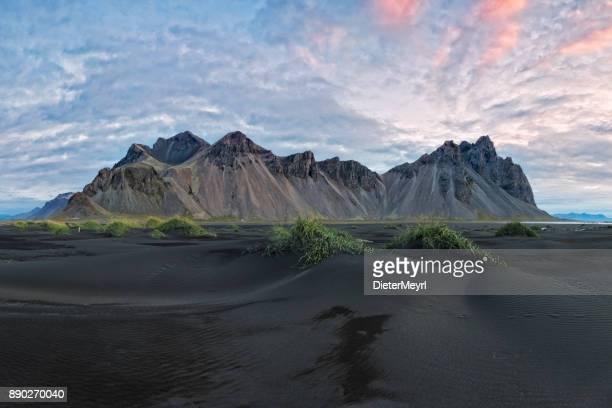 dunas de arena negras en la punta de stokksnes - vestrahorn en islandia - países del golfo fotografías e imágenes de stock