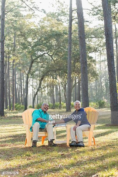 Schwarz Seniorenpaar sitzen auf adirondack Hände halten