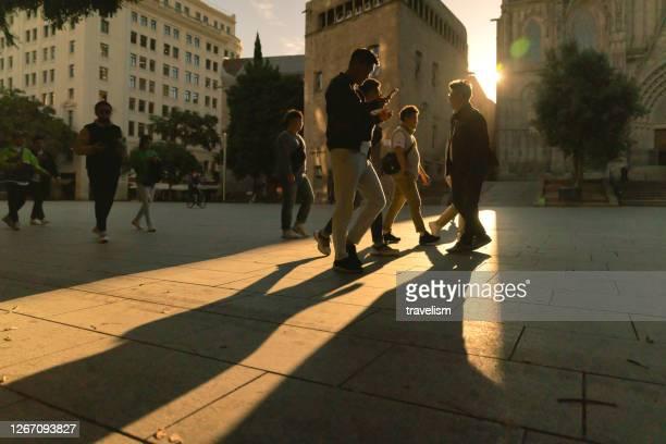 svarta silhuetter och skuggor av människor på gatan - liga bildbanksfoton och bilder