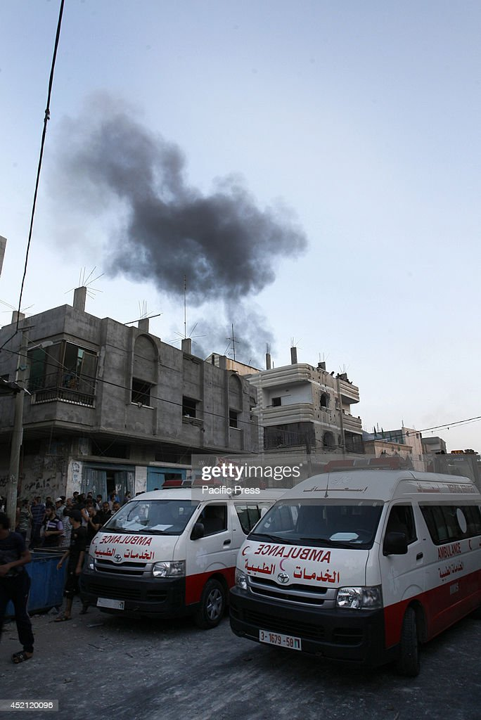 Black smoke ascends in the background from an Israeli air... : ニュース写真
