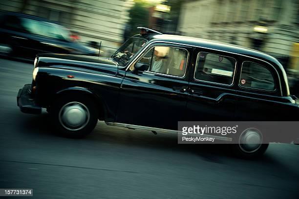 Taxi noir conduit sur London Street