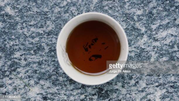 black tea in white cup on granite floor - knackiger po stock-fotos und bilder