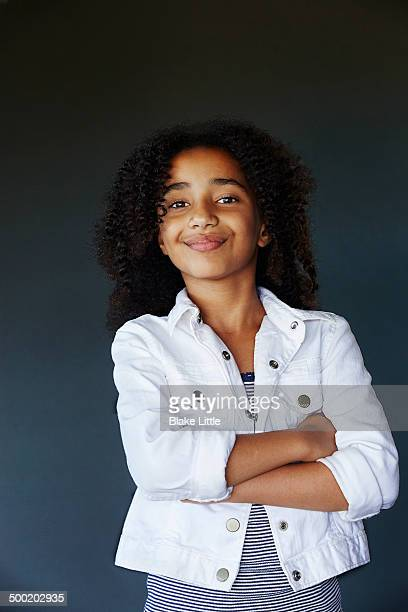 black teenage girl arms folded - ein mädchen allein stock-fotos und bilder