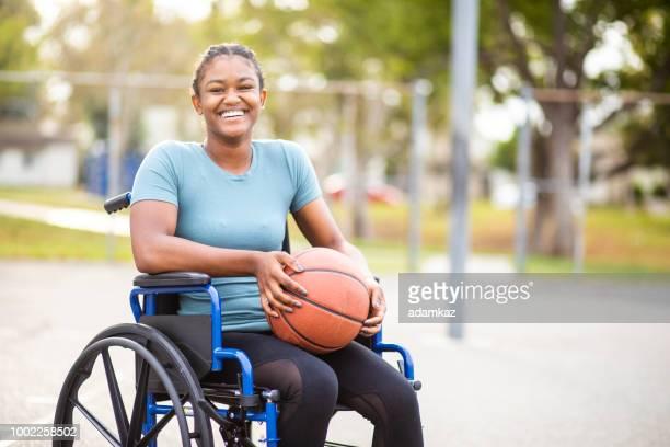 adolescente negra com basquete em cadeira de rodas - capacidades diferentes - fotografias e filmes do acervo
