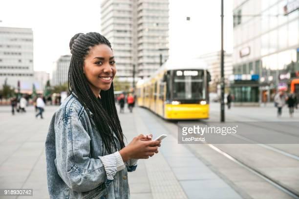 Schwarze Teenager Frau pendeln in Berlin - Alexanderplatz