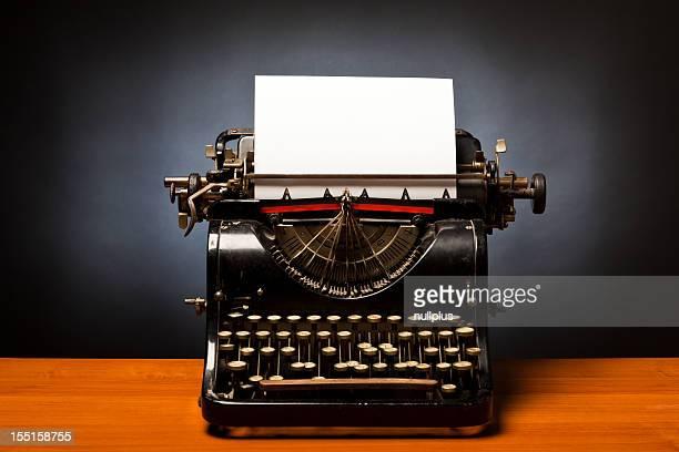 Black Schreibmaschine mit leeren Weißbuch Feststecken