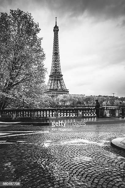 black & white eiffel tower in the rain and a cobblestone street - paris noir et blanc photos et images de collection