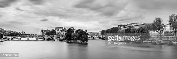 black & white of the park of square du vert galant and the bridge pont neuf - pont neuf stock-fotos und bilder