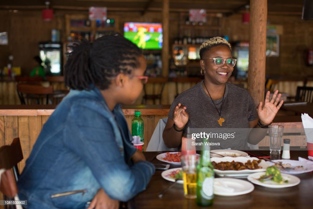 Black woman at lunch with friends : Stock-Foto