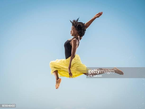 black woman dancing and jumping - solo una donna giovane foto e immagini stock