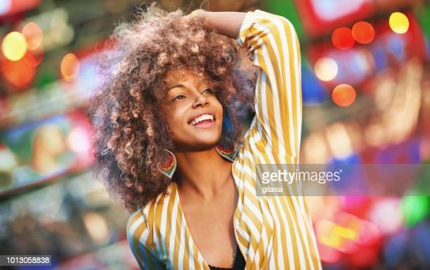zwarte vrouw dansen tijdens een concert. - music festival stockfoto's en -beelden