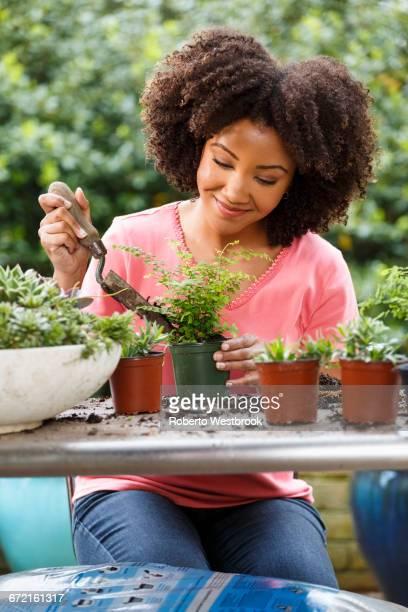 black woman gardening at table outdoors - roberto ricciuti foto e immagini stock