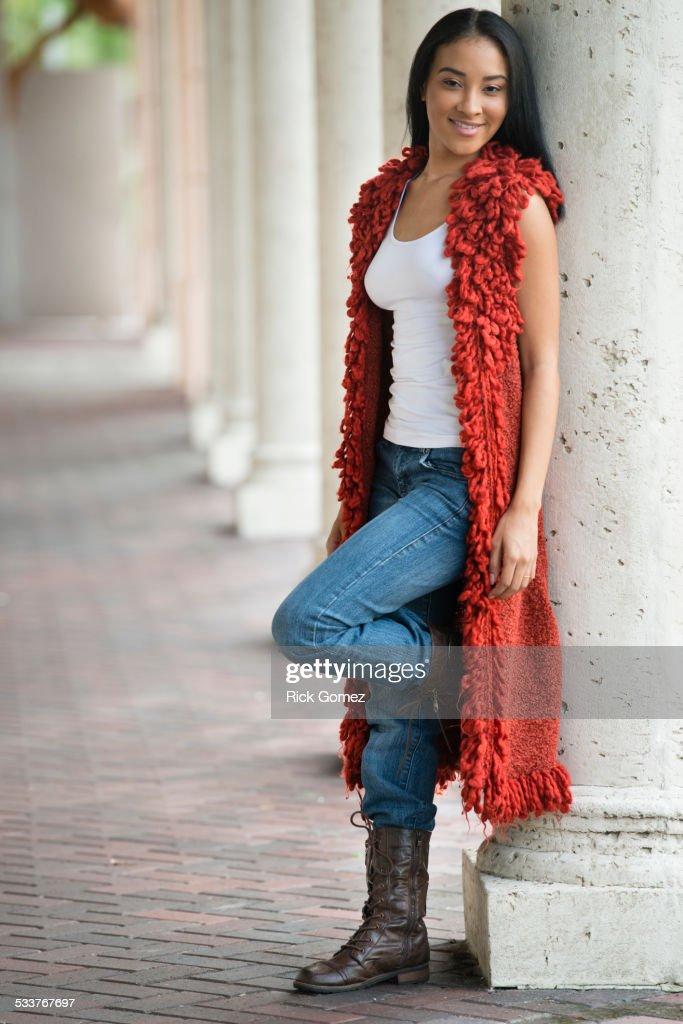 Black woman leaning on pillar : Foto stock