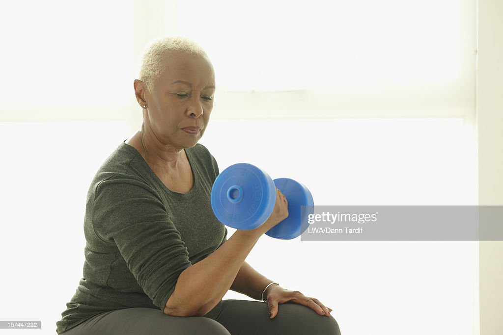 Black woman lifting weights : Stock Photo