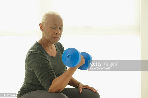 black woman lifting weights - hand weight stock pictures, royalty-free photos & images